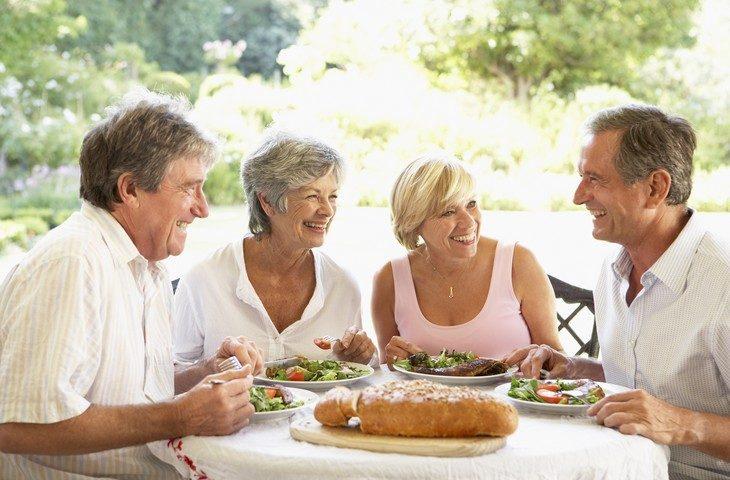 Un repas convivial entre Seniors